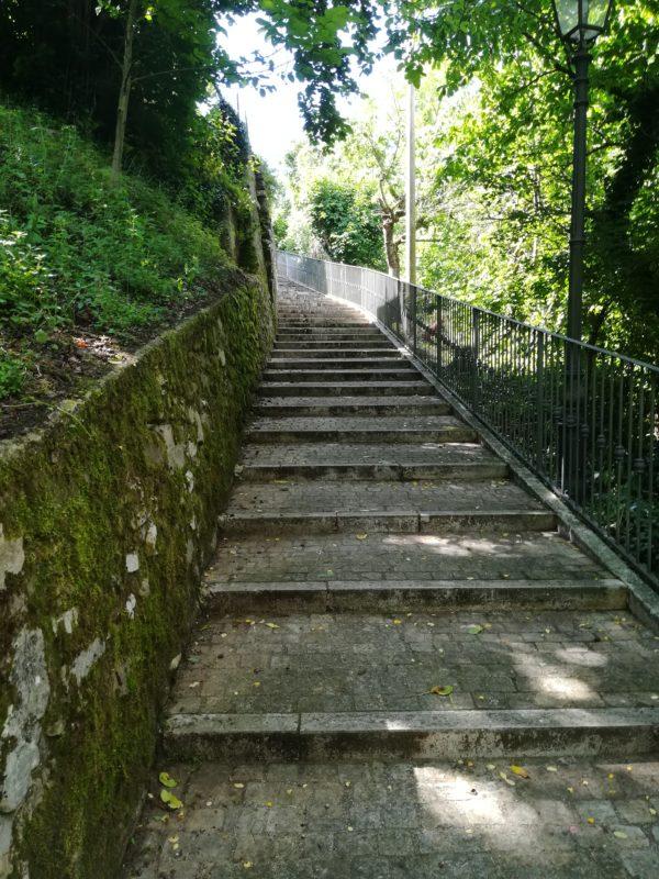 La scalinata degli Aneddoti a Monte Cerignone, nel Montefeltro