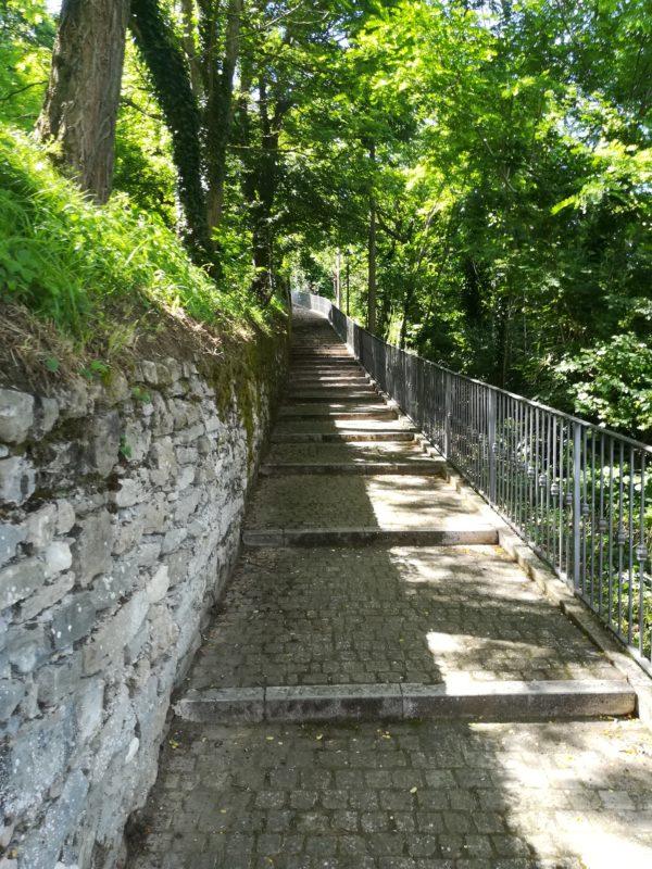 scalinata della via degli aneddoti a Monte Cerignone